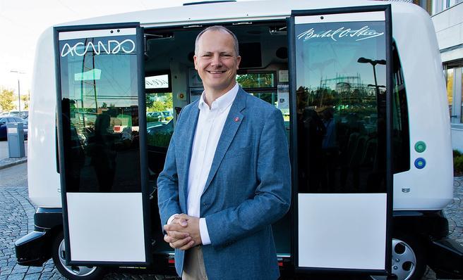 Samferdselsminister Ketil Solvik-Olsen da han for en tid tilbake så nærmere på en selvkjørende buss. Foto: Tor Livius Midtbø/SD.