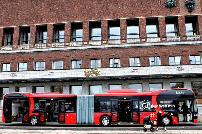 Batteri-elbuss fra kinesisk leverandør foran Oslo rådhus. To av de seks batteri-elbusser i testprogrammet er leddbusser. Foto: F. Dahl.