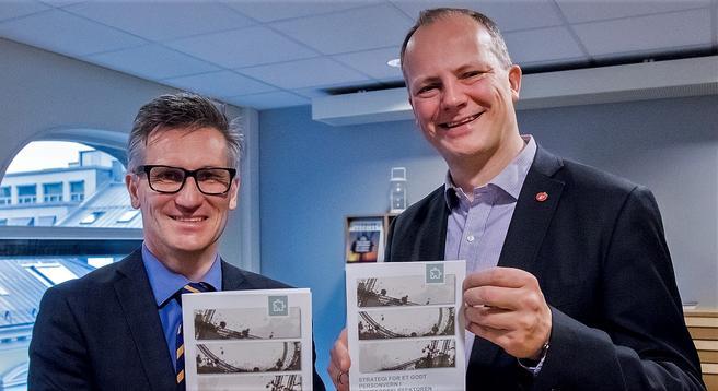 Den nye strategien – presentert av Datatilsynets direktør Bjørn Erik Thon (t.v.) og samferdselsminister Ketil Solvik-Olsen. Foto: SD/Tor L. Midtbø.