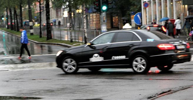 Nye tider i drosjemarkedet. Norges Taxiforbund vender tommelen halvveis opp for det arbeidet departementet nå drar i gang. Foto: F. Dahl.