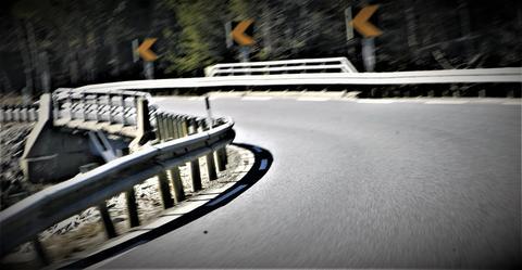 «En hovedutfordring ved bruer synes å være utforming av rekkverk, spesielt inn mot bruene», skriver artikkelforfatterne. «Rekkverket bør ha en utforming som hindrer en bil fra å havne utenfor veien, være sterkt nok til å fange opp kreftene fra tyngre kjøretøy, og samtidig være tilgivende for motorsyklistene.» Illustrasjonsfoto: F. Dahl.