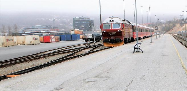 Nord-Norgebanen fører i dag personer og gods sydfra til Bodø (bildet). Mange interesser håper at den vil bli forlenget til Narvik og Tromsø. Foto: Samferdsel.