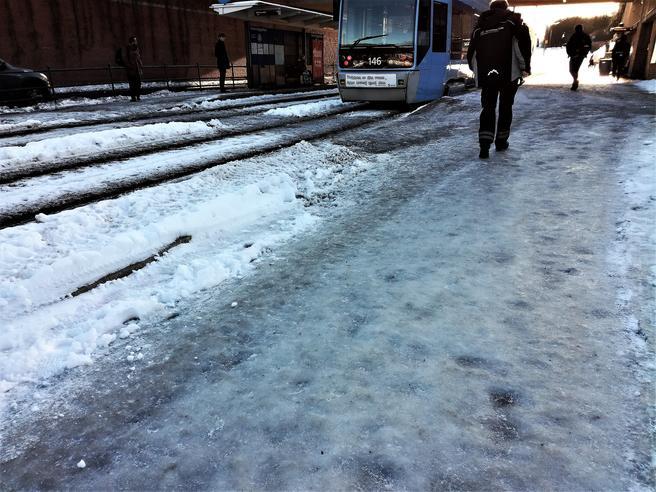 Snø og is kan utgjøre en stor mobilitetsbarriere, spesielt for personer med funksjonsnedsettelser, poengterer artikkelforfatterne. Illustrasjonsfoto: F. Dahl.