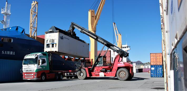 Det er en politisk målsetting å få flyttet gods fra veien til sjøen. Illustrasjonsfoto fra Ålesund: Kystverket/Olav Helge Matvik.
