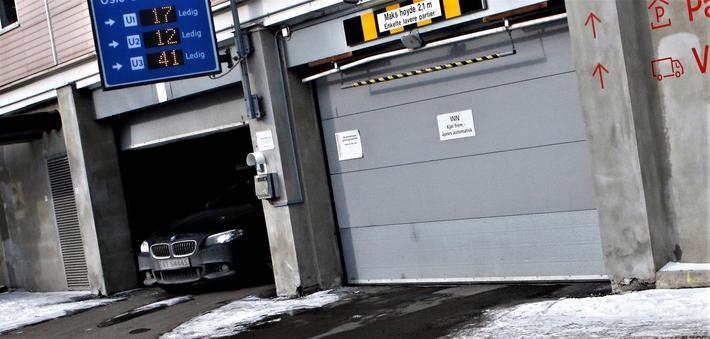 En arbeidsplass med parkeringstilbud … for den som vil betale for det. «Jo kortere perioder betalingen gjelder for, desto oftere blir brukeren minnet på at parkeringen har en pris», skriver artikkelforfatterne om tilbud av denne typen. Foto: F. Dahl.