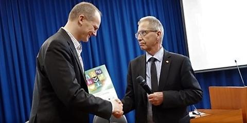 Ketil Solvik-Olsen, samferdselsministeren, fikk denne uken planen overrakt av vegdirektør Terje Moe Gustavsen. Foto: Samferdselsdepartementet.