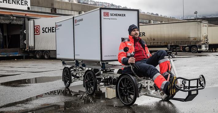 Gusta Ion, sjåfør ved DB Schenker i Bergen, viser frem den nye elvaresykkelen.
