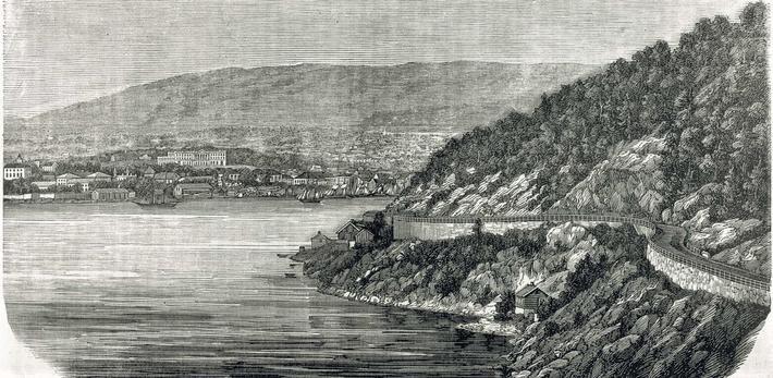Ljabrochausséen langs Oslofjorden med Slottet i bakgrunnen, «Ingeniørløytnant Christian V. Berghs mesterverk fra 1850», hentet fra Skilling-Magazin, Årgang 33, I, 1867. Illustrasjon: CC NC-BY-SA.