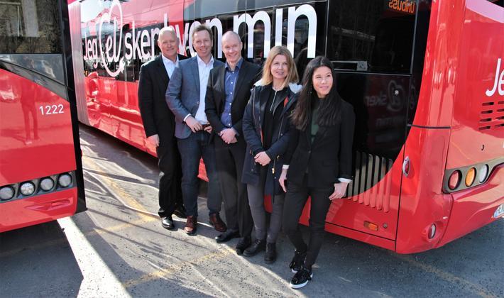 Markering i dag av beslutningen om å ta 70 nye elbusser i bruk. Fra venstre: Øystein Svendsen (Unibuss), Atle Rønning (Norgesbuss), Jan Volsdal (Nobina), Ellen Rogde (Ruter) og Lan Marie Berg (byråd). Foto: Ruter.