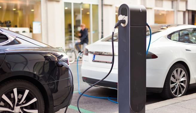 Det offentliges inntekter er redusert med flere milliarder kroner i året som følge av elbilfordelene, fastslår artikkelforfatterne. Foto: kastoimages/Scandinavian Stockphoto.