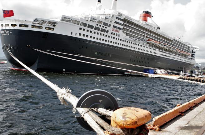 52 ulike skip fra 29 rederier skal stå for sesongens 101 cruiseskipsanløp i Oslo. Blant de større skipene på besøkslisten er «Queen Mary 2», her under et tidligere anløp i byen. Foto: F. Dahl.