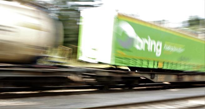 «Vi har sett en liten oppgang i containertrafikken på jernbanen de siste par årene, etter flere år med nedgang», sier samferdselsminister Ketil Solvik-Olsen. «Men deler av jernbanegodsnæringen befinner seg i krevende situasjon, og det tar vi nå tak i.» Foto: F. Dahl.