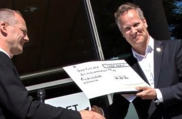 Jon-Ivar Nygård (t. h.), ordføreren i Fredrikstad, får overrakt prisen av samferdselsminister Ketil Solvik-Olsen. Foto: Samferdselsdepartementet/Henrik Jonassen.