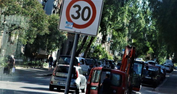 En lav fartsgrense, for eksempel 30 km/t, kan noen ganger kan gi en nytte som er større enn kostnadene, ifølge artikkelforfatteren. Foto: F. Dahl.