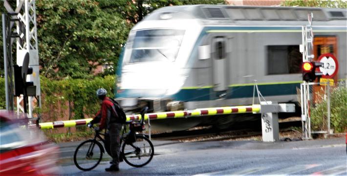 Ikke alle planoverganger er utstyrt med bom og rødt lys. Uansett, pass på, for med ett kan toget være der … Foto: F. Dahl.