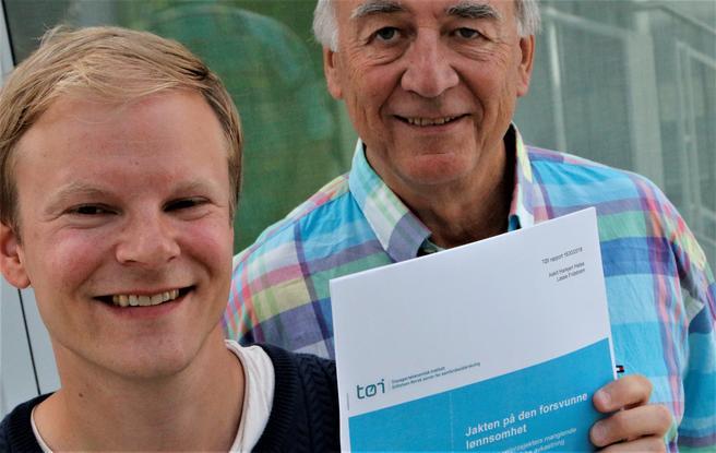 Askill Harkjerr Halse (t.v.) og Lasse Fridstrøm skriver med utgangspunkt i sin nye TØI-rapport, som bærer tittelen «Jakten på den forsvunne lønnsomhet. Om norske veiprosjekters manglende samfunnsøkonomiske avkastning.» Foto: F. Dahl.