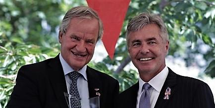 Norwegian-sjef Bjørn Kjos (t.v.) og ambassadør Kenneth J. Braithwaite. Foto: Norwegian.