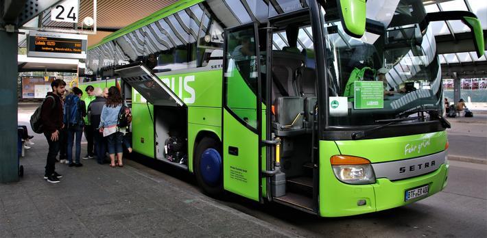 Buss-staFlixBus. sjonen i Berlin-Wilmersdorf, den såkalte ZOB Berlin – ett av mange steder hvor FlixBus hyppig viser seg.