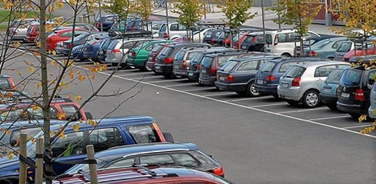 Før innføringen av parkeringsavgift var kapasiteten fullt eller nesten fullt utnyttet på de fleste av de undersøkte stasjonene. Slik er det ikke nå. Illustrasjonsfoto: Njål Svingheim/Bane NOR.