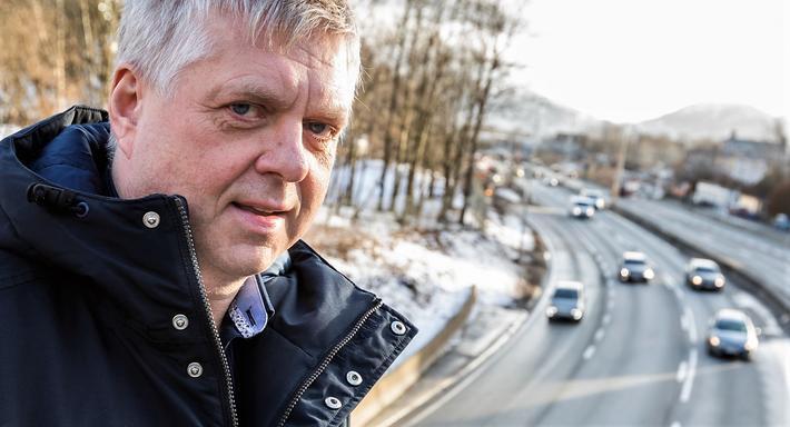 Trafikkplanlegger Helge Hopen fant løsningen som kommunale myndigheter og veivesenet ikke så. Dermed viker motorveien nedenfor ham for en ny Bybanen-trasé, mens biltrafikken legges i tunnel.