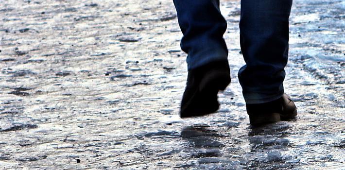 Snø, hålke, fall. «Vinterføre bidrar vesentlig til den høye skaderisikoen blant fotgjengere i Oslo», skriver Rune Elvik. Foto: F. Dahl.