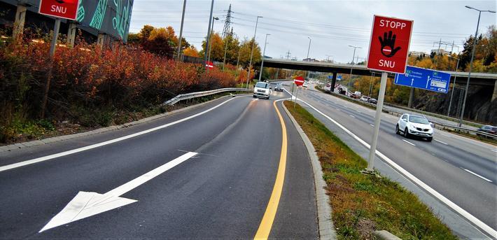 Eksisterende tiltak mot spøkelsesbilisme i rampekryss på motorveg E6 ved Oslo: «Den østeriske hånd», supplert med innkjøring forbudt-skilt, piler i vegbane og gul kantlinje. Foto: M. Sørensen