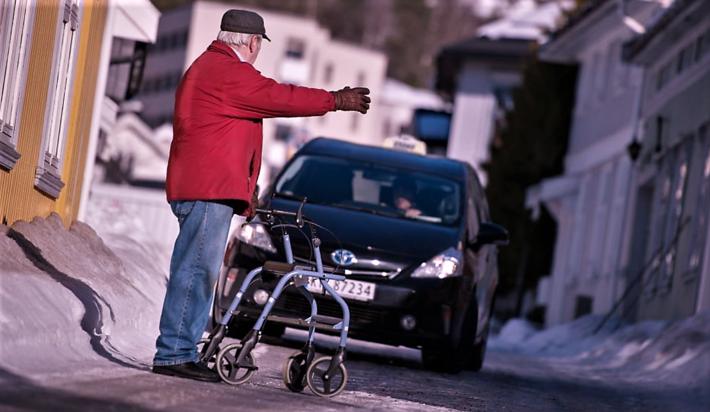 «En aldrende befolkning vil øke behovet for både universelt utformede og selektivt tiTT-brukere. lrettelagte transportordninger», skriver artikkelforfatterne. Illustrasjonsfoto: Buskerud fylkeskommune.