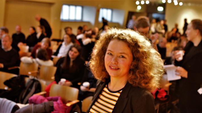 Aud Tennøy, TØI-forskningsleder, gledet seg over god tilstrømning av deltagere da hun i formiddag var klar til å dra i gang konferansen «Byutvikling og bytransport – siste nytt fra forskninga!» Foto: F. Dahl.