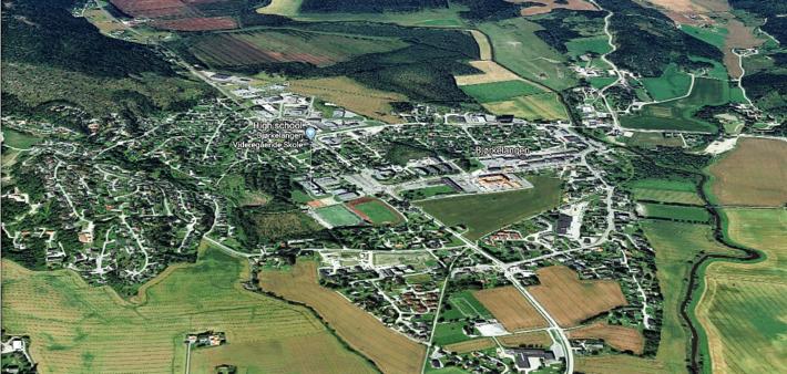 Sentralisering, fortetting. Et eksempel: Arvid Strand fastslår at Aurskog-Høland kommune ikke har villet innordne seg overordnede myndigheters bestemmelse om at det meste av tilveksten i befolkning og arbeidsplasser skal lokaliseres til administrasjonssenteret (bildet) Bjørkelangen. Illustrasjon: Google Maps