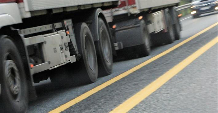 Tungbilulykker. Det er naturlig å tenke at små godstransportbedrifter har færre ressurser enn større bedrifter til å arbeide internt med trafikksikkerhet, mener artikkelforfatterne. Illustrasjonsfoto: F. Dahl