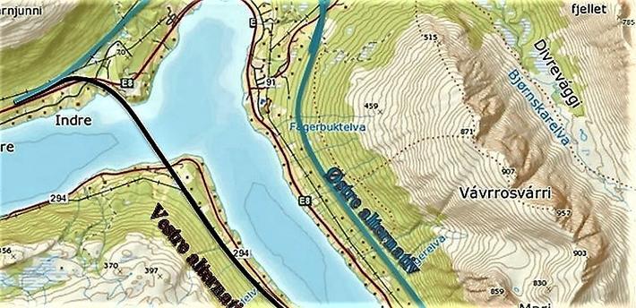 Øst (markert med blå linje) eller vest for Ramfjorden? Utsnitt av kart fra Statens vegvesen.