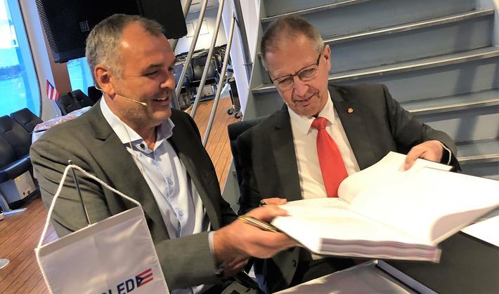 Avtalen signeres av Norled-styreleder Ingvald Løyning (t.v.) og vegdirektør Terje Moe Gustavsen. Foto: Knut Opeide.