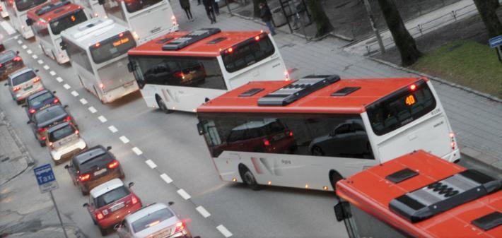 Den nye TØI-rapporten tar for seg omfanget av og årsakene til mobilbruk blant bussjåfører. Illustrasjonsfoto: F. Dahl.