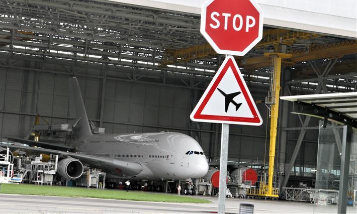 Mye tyder på at det ikke blir utrulling av noe stort antall nye A380-er fra Airbus-anleggene kloss inntil flyplassen ved Toulouse. Foto: F. Dahl