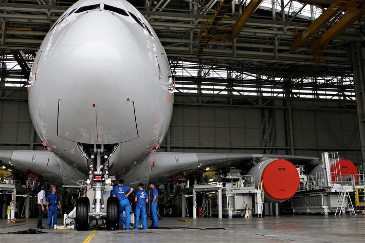 Sensommeren 2005, en av de første A380-ene klargjøres i Airbus-anleggene ved Toulouse. Litt etter litt ble det klart at A380 ikke ville bli noen økonomisk suksess. Foto: F. Dahl