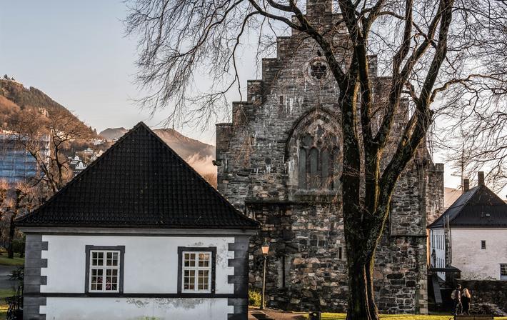 Jernbanedirektoratet har utsett Koengen som avlastningsområde dersom Mindemyren skal frigis til Bybanen. Problemet med Koengen er at det utgjør en del av Bergenhus festning, der blant annet Håkonshallen ligger.