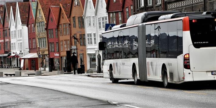 «Det kreves modige politikere som tør å ta tøffe valg dersom man skal komme videre på veien mot mer bærekraftig mobilitet», skriver artikkelforfatterne. De har gjennomført case-studier av Bodø, Trondheim og Bergen (bildet). Illustrasjonsfoto: F. Dahl.