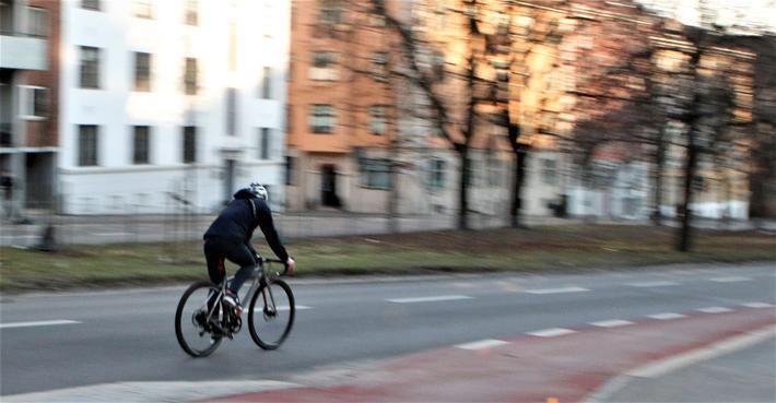 Sykling i nedoverbakke. «Farten i bratte nedoverbakker er lavere enn i moderate nedoverbakker når syklistene må dele veien med fotgjenger og/eller biler», skriver artikkelforfatterne. «Bare for separate sykkelveier har vi høyere fart i bratte nedoverbakker sammenlignet med moderate nedoverbakker.» Illustrasjonsfoto: F. Dahl