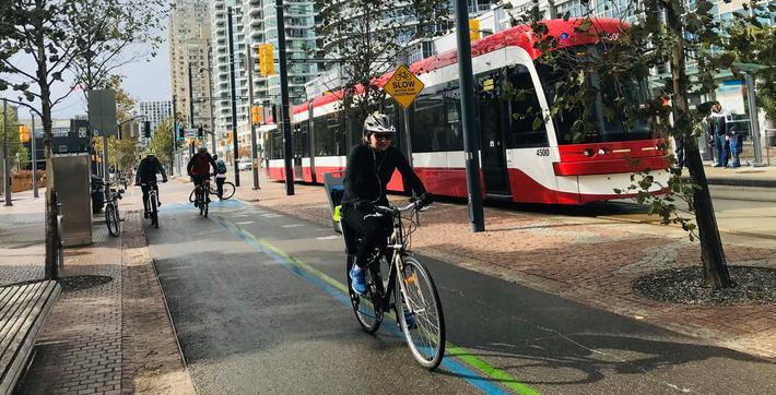 Complete streets. Fra forsiden av Complete Streets – Konsept for helhetlig gateplanlegging, en rapport skrevet av artikkelforfatterne etter at de var på studietur til Toronto. Foto: Bente Beckstrøm Fuglseth