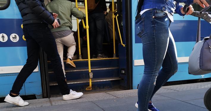Kollektivtransport, risiko. Fall ved av- og påstigning er én av årsakene til personskader under reising med kollektive transportmidler, påpeker Rune Elvik. «Dessverre er tallene ukjente, og ingen statistikk offentliggjøres», skriver han. Skadevirkningene av en politikk som går ut på å få folk til å reise kollektivt, er dermed langt på veg ukjente, fastslår han. Illustrasjonsfoto: F. Dahl