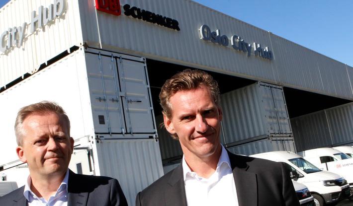 Grønn distribusjon. DB Schenkers sjef i Norge, Knut Eriksmoen (t.v.), sammen med selskapets toppsjef, Jochen Thewes, ved nyåpnede Oslo City Hub i ettermiddag. Foto: F. Dahl