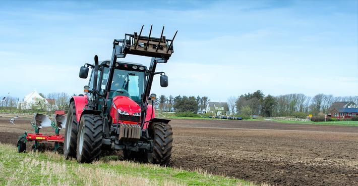Uoppmerksomhet ved rattet. Konsentrasjon om kjøringen, viktig også i bondens traktor, poengterer Landkreditt Forsikring. Illustrasjonsfoto: Bjørn H. Stuedal