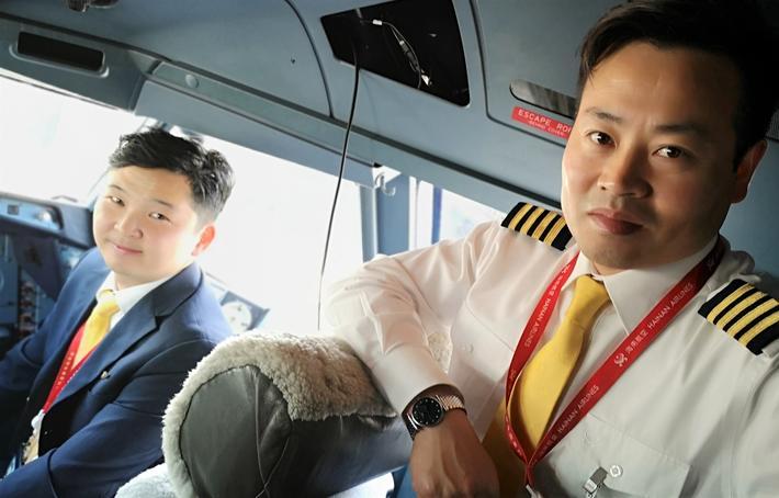 Oslo-Beijing. Flykaptein Zhu Shaobin (t.h.) og hans nestkommanderende Zeng Peng i cockpit på Airbus-maskinen like før avgang til Beijing. Foto: F. Dahl
