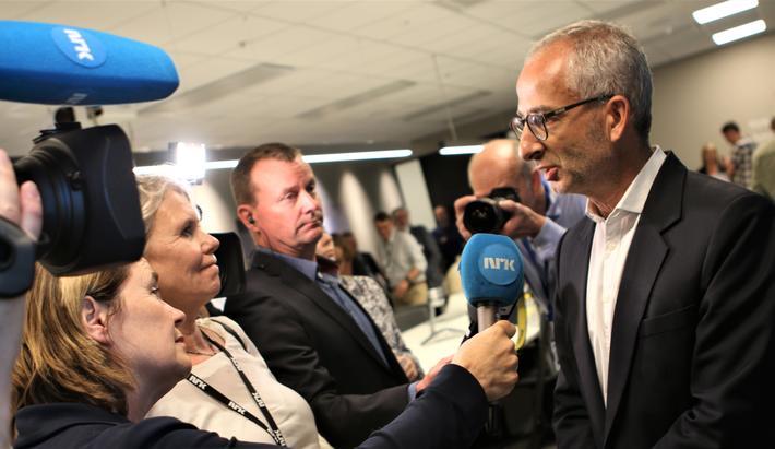 SJ, togkonkurranse. Thomas Silbersky, sjef for SJs internasjonale virksomhet, omringet av reportere under ettermiddagens pressekonferanse. Foto: F. Dahl