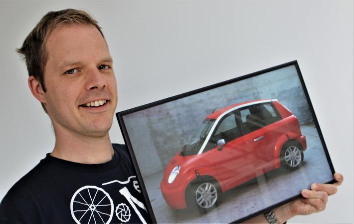 Elbilbruker. Christian Weber, for anledningen med et bilde av en tilårskommen elbil. Foto: F. Dahl