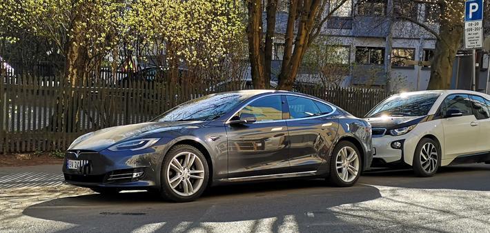 Robotaxier og nullvekstmålet. En Tesla ved en fortauskant i Oslo. Vil den i overskuelig fremtid tjenestegjøre som robotaxi? Robotaxi-flåten Elon Musk ser for seg vil bestå av biler som ulike Tesla-eiere har frigjort for bildeling. Foto: F. Dahl