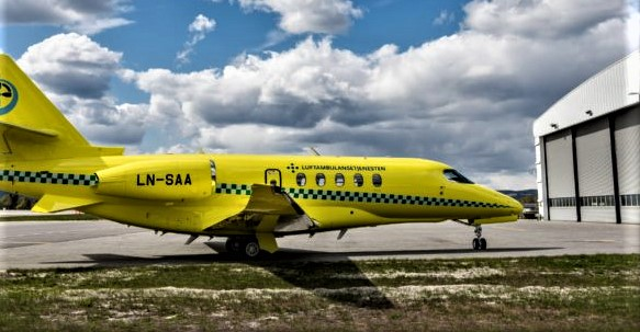 Luftambulansefly. «Dagens lokalisering medfører en stor andel posisjonsflyginger som innebærer tomme flygninger til flyplassen der pasienten befinner seg», skriver artikkelforfatterne. Illustrasjonsfoto fra Babcocks nettsider.
