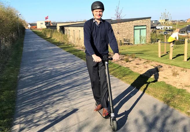 Elsparkelykkel farlig. Artikkelforfatteren tester stabilitet, bremse- og svingegenskaper for el-parkesykkel. Foto: H. Sørensen.