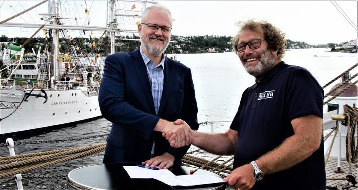 Oslo havn utsluippsfri, kanskje. Roger Schjerva (t.v.), styreleder i Oslo Havn, og Bellona-leder Frederic Hauge skal samarbeide om å gjøre den norske hovedstadshavnen utslippsfri. Foto: Bellona