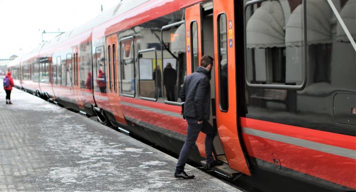 Jernbane konkurranse. «I diskusjonen rundt konkurranse¬utsetting av nye togstrekninger er det ikke bare et spørsmål om hvem som kan kjøre til lavest mulig pris, men også om hvilke operatører som er best egnet til å utvikle et nytt og bedre tilbud», skriver artikkelforfatterne. Illustrasjonsfoto: F. Dahl.